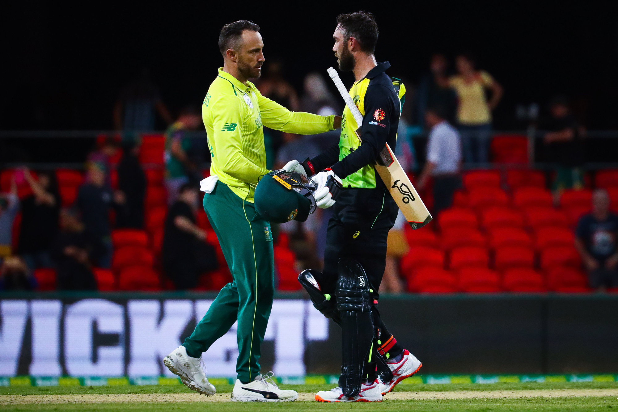 Glenn Maxwell (R) of Australia congratulates Faf du Plessis (l) of South Africa during the T20 international cricket match between Australia and South Africa at Metricon Stadium on the Gold Coast on November 17, 2018. (Photo by Patrick HAMILTON / AFP) / -