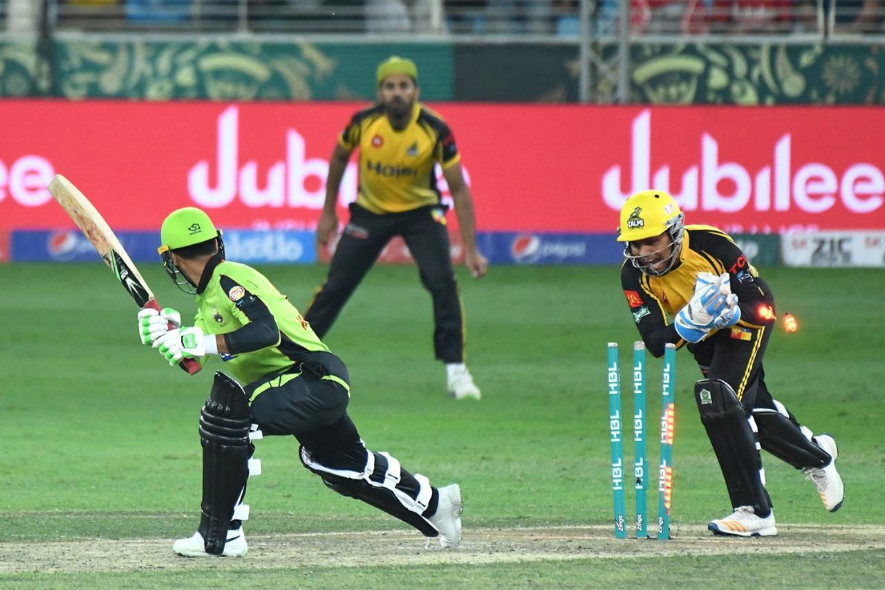 پشاور زلمی نے لاہور قلندرز کو آؤٹ کلاس کرکے پہلی کامیابی حاصل کرلی