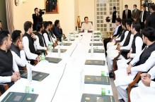 PM Imran urges team to play fearless cricket in T20 WC to avenge isolation bid